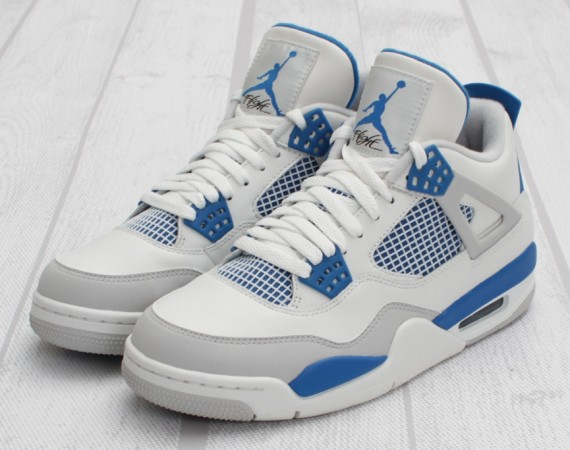 Air Jordan IV: Military   Arriving in Stores