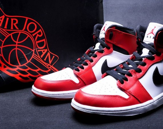The Air Jordan 1 High  Bulls  will release on January 5th 0552e2ce0
