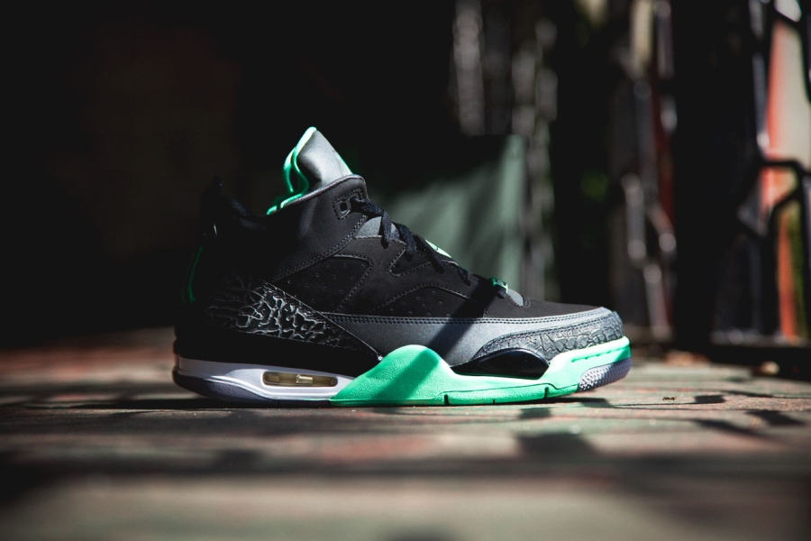"4be3b4153ecbc8 Now that the signature model has dropped in the glow-in-the-dark flavoring  that is the Air Jordan IV ""Green Glow"""