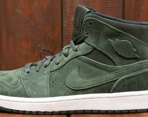 Air Jordan 1 Mid Nouveau: Sequoia   Black   Sail
