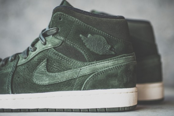 Air Jordan 1 Mid Nouveau: Sequoia   Available
