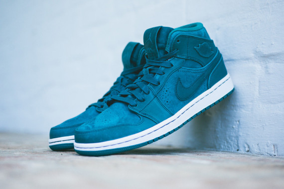 The Air Jordan 1 Mid Nouveau Returns in Night Shadow