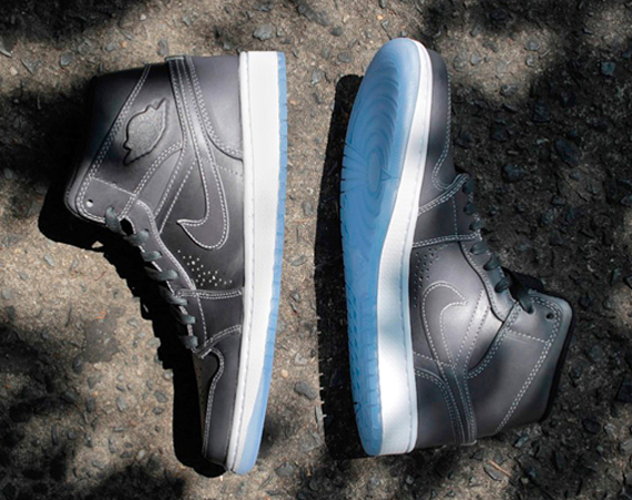 Air Jordan 1 Mid Nouveau: Wolf Grey   Available